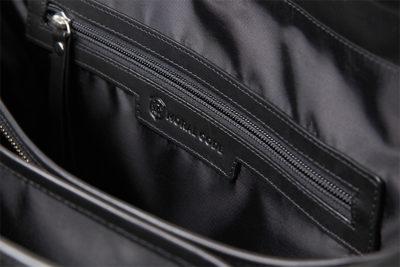 貴重品にはジッパー付きポケットが使いやすい。エンボス加工モラルコード・ロゴを刻印しているビジネスバッグメンズ