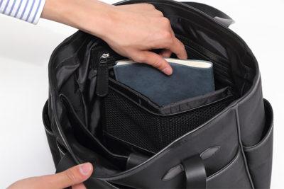タブレット専用クッション付き収納ポケットは、サッと取り出したい本や手帳など、多目的に応用可能。