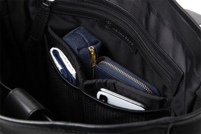 内側:こだわりオーガナイザー機能ポケット。タブレット専用収納ポケットは21CM幅があるので、縦にすれば9.7インチタブレットも収納できる優れもの。
