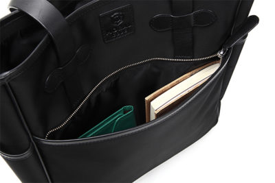 ナイロントート充分な大きさだから、手帳や名刺入れなども入れやすいサイズ