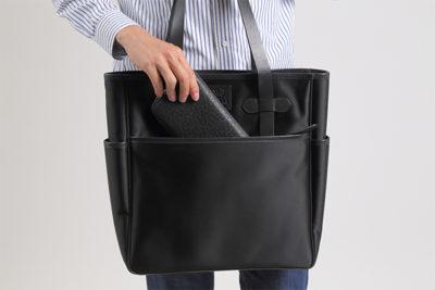 表:外側ポケットは、盗難防止用にジッパー付きポケット。 サッと取り出しやすい外側ポケットがあると便利。ナイロントートメンズ