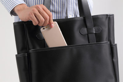 裏:外側ポケットは、ジッパーではなくボタン付きポケット。 もっと簡単に取り出したいときにはこのポケットは便利最適軽量バッグ