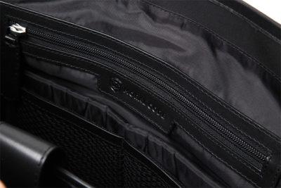 ナイロントートインナージッパー付き収納ポケット。モラルコードのロゴは、エンボス刻印されている。