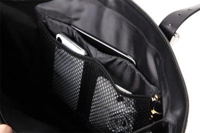 多機能ナイロントートこだわりのオーガナイザー機能収納ポケット。タブレット専用クッション付き収納ポケットは21CMあり、縦にすれば9.7インチにも使いやすい。