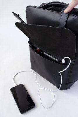 AVERY: ユニセックス バックパック・リュック カードホルダーやペンケース付き。USBソケット付き