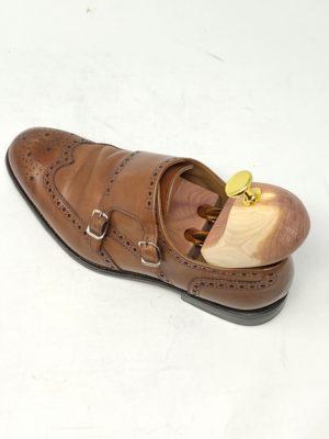 革靴お手入れする際には、シューキーパーを入れて行うと靴が伸びでやりやすい。