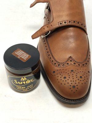 革靴お手入れ乾燥後に、乳化性クリームで革に栄養分を与えます。 今回は、SAPHIRサフィールのマロン・ブラウンを使います。