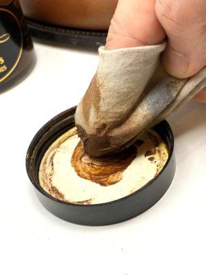 革靴お手入れ一度クリームを蓋などで馴染ませてから、靴に塗っていきましょう!
