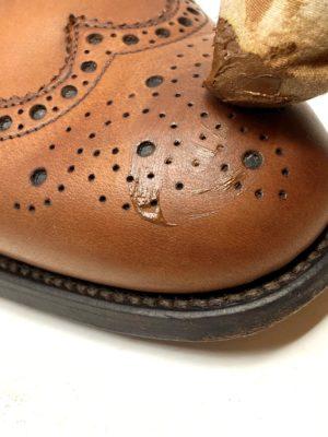 革靴お手入れ薄く優しくクリームを伸ばしながら、靴の全体に丁寧に塗布します。