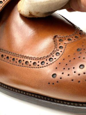 革靴お手入れ全体にクリームを塗り込んでから、布で軽く拭くとキレイなツヤが出てきます。