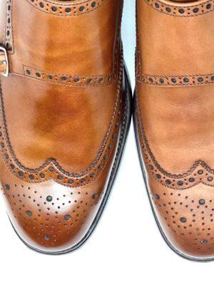 革靴お手入れ左側がクリーム塗布後・右側がクリーム塗布前