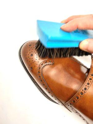 革靴お手入れ丁寧にブラッシングを行います。