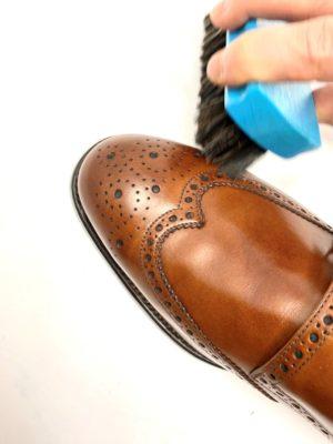 革靴お手入れ余分なクリームをブラッシング取り除くと、ツヤが出てきます。