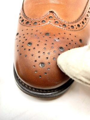 革靴お手入れつま先部分に油性クリームを塗ります。