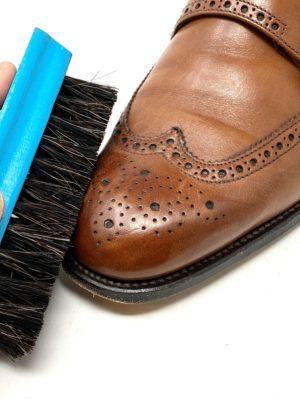 革靴お手入れ日ごろ付着したホコリや汚れをブラシで丁寧に取り除く。