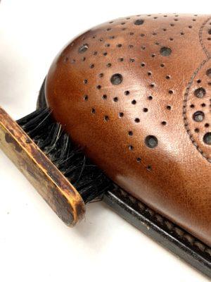革靴お手入れウェルト部分(コバ)は、小さなブラシで汚れを取るようにする。