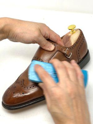 革靴お手入れ穴飾りの中もホコリや汚れが入りやすいので、丁寧にブラッシングする。